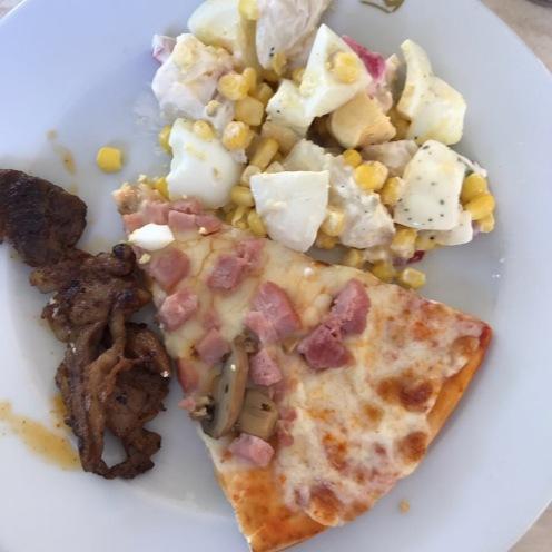 Pizza, ensalada y carne. Todo sabe igual